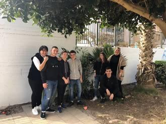 Μέλη της περιβαλλοντικής ομάδας του σχολείου μας, παραλαμβάνουν τα φυτά που θα διακοσμήσουν την αυλή του σχολείου μας!