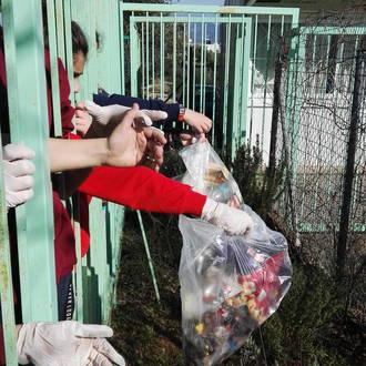Περισυλλογή απορριμμάτων προς ανακύκλωση από τα παρτέρια του σχολείου μας.