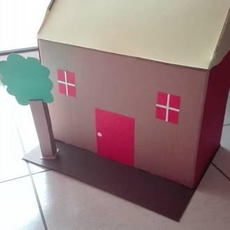 Το σπίτι από κουτί παπουτσιών και διάφορα χαρτιά.< Μένουμε σπίτι>.
