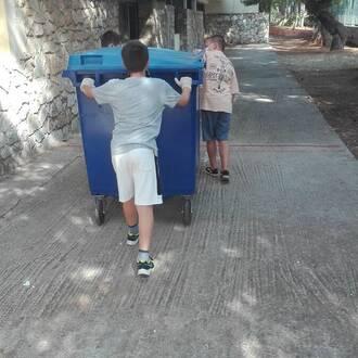Τα παιδιά μας μεταφέρουν τους κάδους με τα ανακυκλωμένα καπάκια!