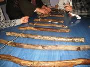 Δένουμε τα ξύλα  θαλάσσης  με σπάγκο,αφού πρώτα τα έχουμε περάσει με λούστρο.