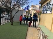 Οι εθελοντές μαθητές βοηθούν στη μεταφορά των καπακιών.