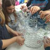 εφαρμόζουμε σε κοτετσόσυρμα λουλούδια από πλαστικά μπουκάλια