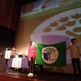 Οι Μαθητές του Γυμνασίου Κοίμησης Σερρών παρουσιάζουν την πράσινη Σημαία στην Κεντρική Σκηνή του ΔΗΠΕΘΕ Σερρών.