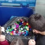 Τα μεταφερόμενα πλαστικά καπάκια στον μπλε κάδο από τους εθελοντές μαθητές ,στο 3ο Δ.Σ. Παλλήνης
