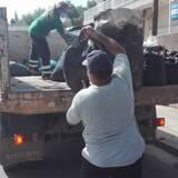 Η καρότσα του φορτηγού του Δήμου Παιανίας γεμίζει καπάκια.