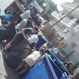 Η υπερπροσπάθεια κοντεύει να τελειώσει , τα καπάκια φορτώνονται στο φορτηγό του Δήμου Παιανίας .